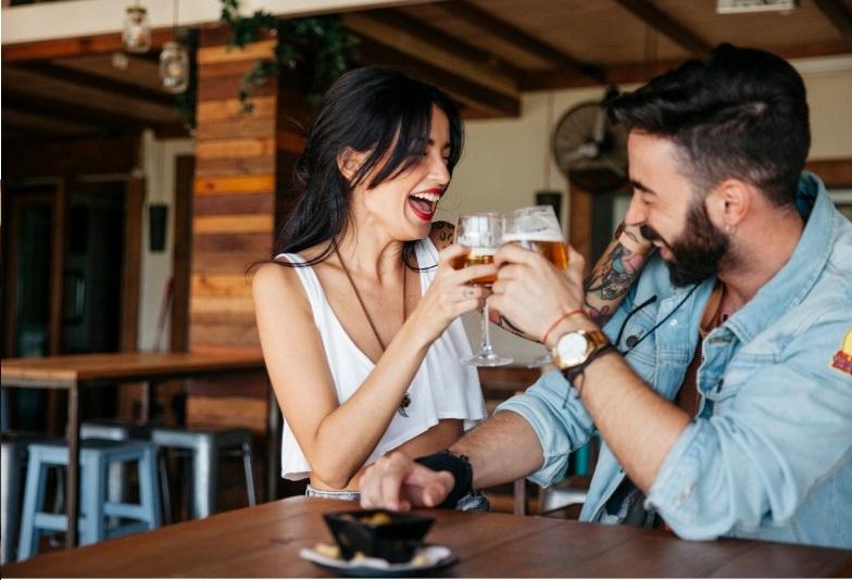 משחקי שתייה לזוג - זוג על הבר