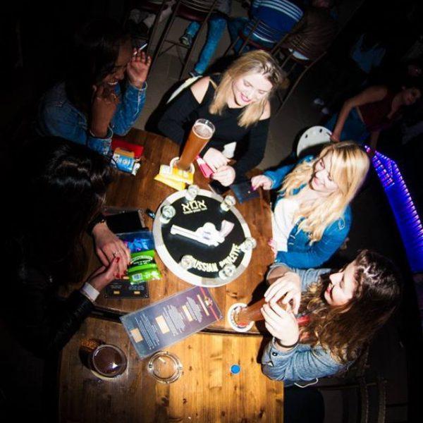 משחקי שתייה למסיבת רווקות- תמונה של בנות משחקות