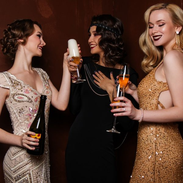 משחקים למסיבת רווקות - תמונה של בחורות עם משקה